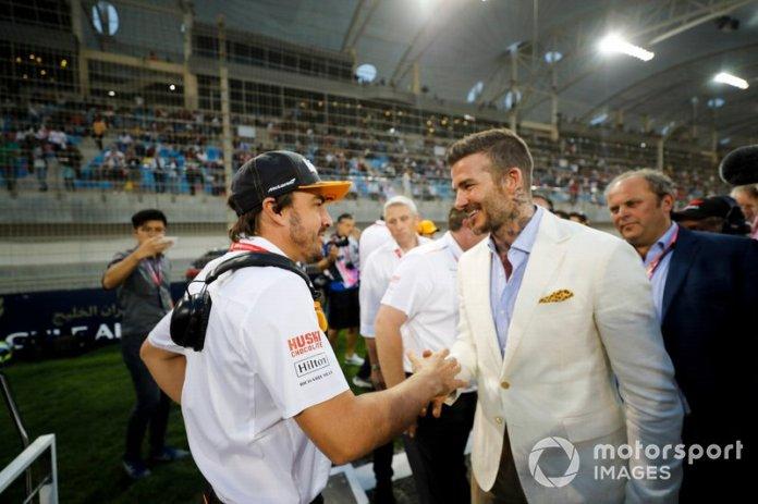 Fernando Alonso con David Beckham en la parrilla