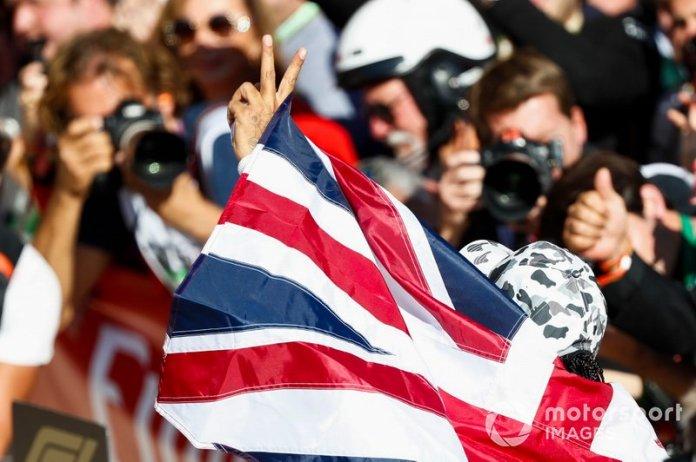 Lewis Hamilton, Mercedes AMG F1, 2º lugar, celebra después de conseguir su sexto campeonato del mundo
