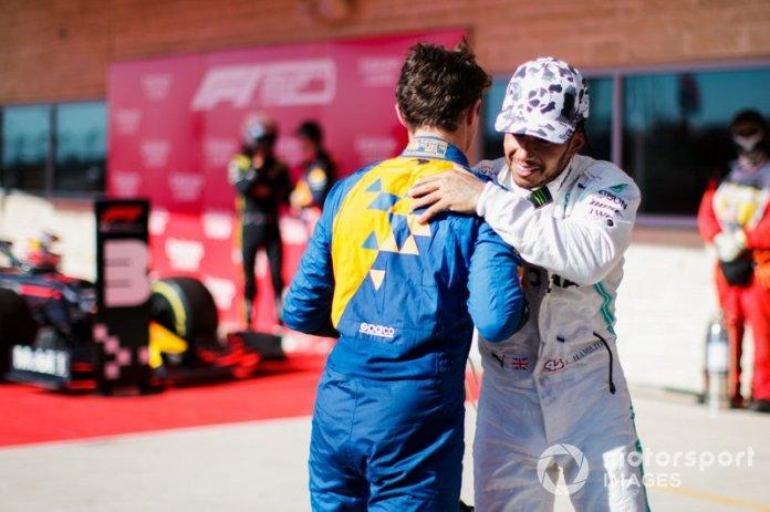 Lando Norris, McLaren, felicita a Lewis Hamilton, Mercedes AMG F1, 2ª posición, por conseguir su sexto título mundial