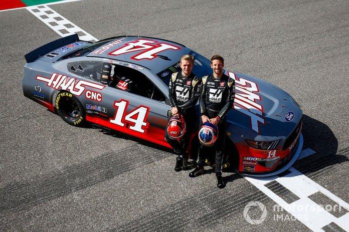 Kevin Magnussen, Haas F1 Team, y Romain Grosjean, Haas F1 Team, posan con un NASCAR