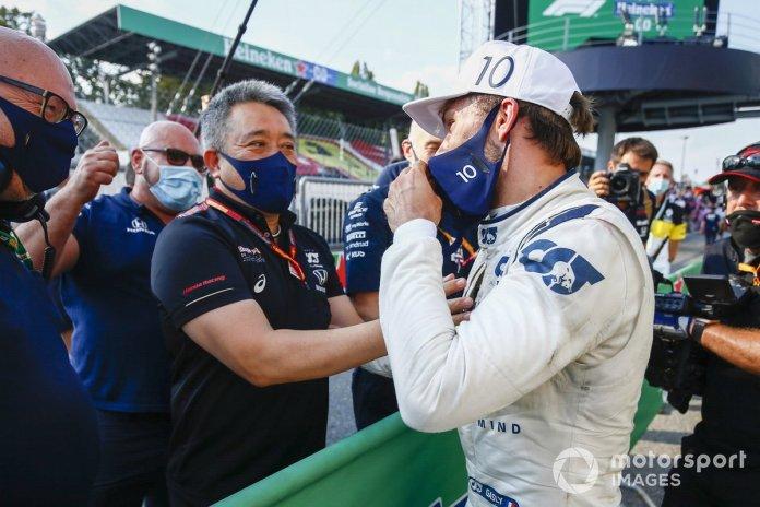 Masashi Yamamoto, Director General de Honda Motorsport felicita a Pierre Gasly, AlphaTauri ganador de la carrera