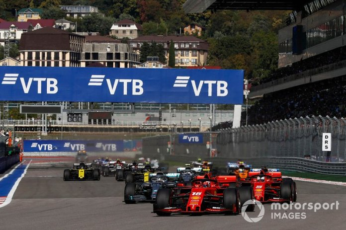 Charles Leclerc, Ferrari SF90, precede Sebastian Vettel, Ferrari SF90, Lewis Hamilton, Mercedes AMG F1 W10, Valtteri Bottas, Mercedes AMG W10