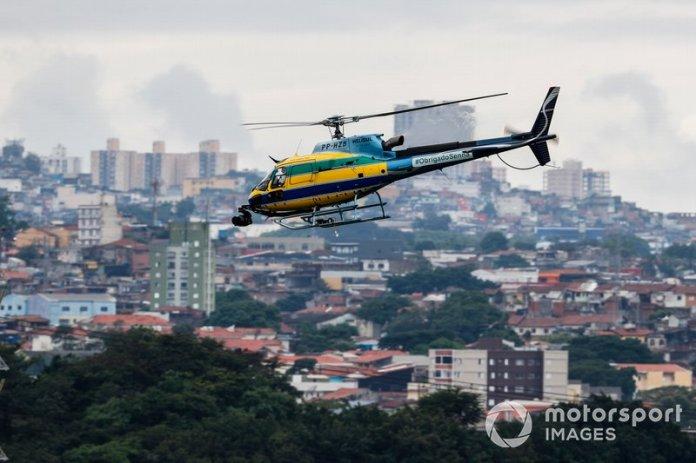 Un helicóptero de TV con los mismos colores que el casco de Ayrton Senna.