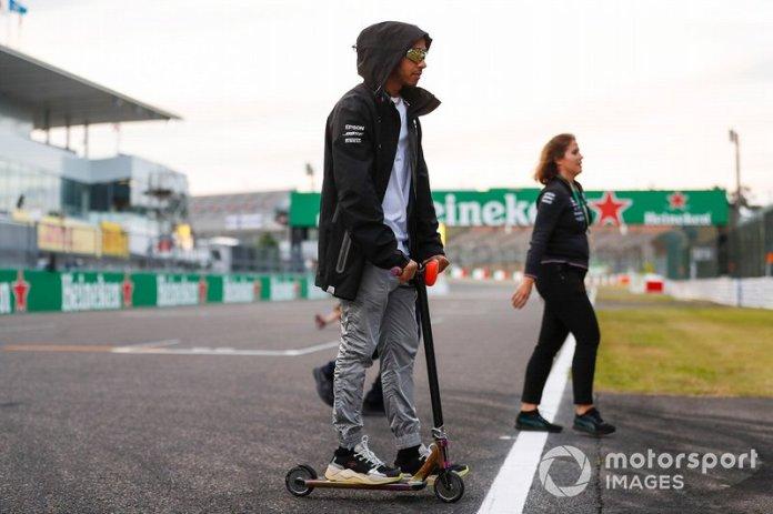 Lewis Hamilton ni se inmuta