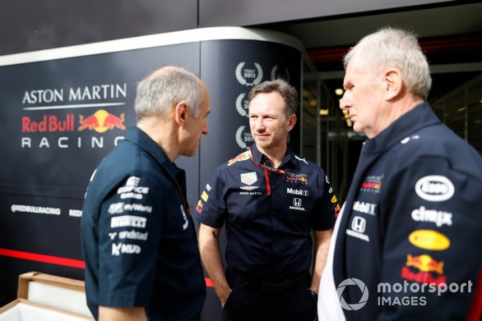 Franz Tost, director del equipo, AlphaTauri, Christian Horner, director del equipo, Red Bull Racing, y Helmut Marko, consultor, Red Bull Racing, en el paddock