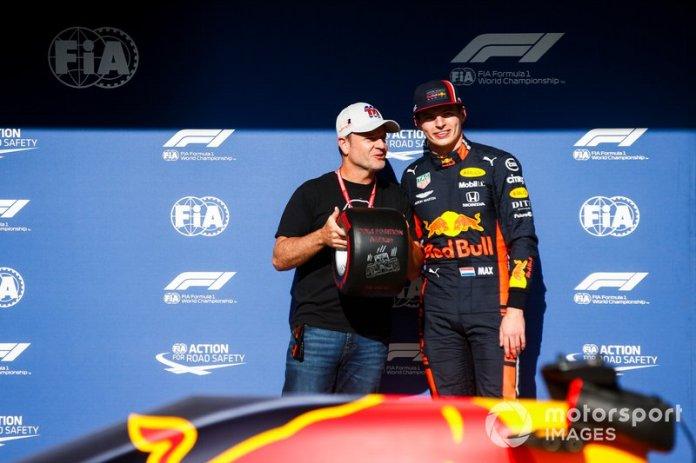 Max Verstappen, Red Bull Racing recibe el premio Pirelli Pole Position de manos de Rubens Barrichello