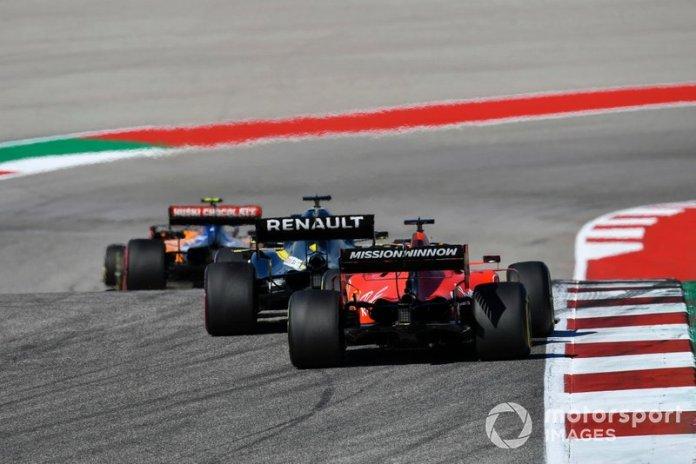 Lando Norris, McLaren MCL34, precede Lewis Hamilton, Mercedes AMG F1 W10, e Sebastian Vettel, Ferrari SF90