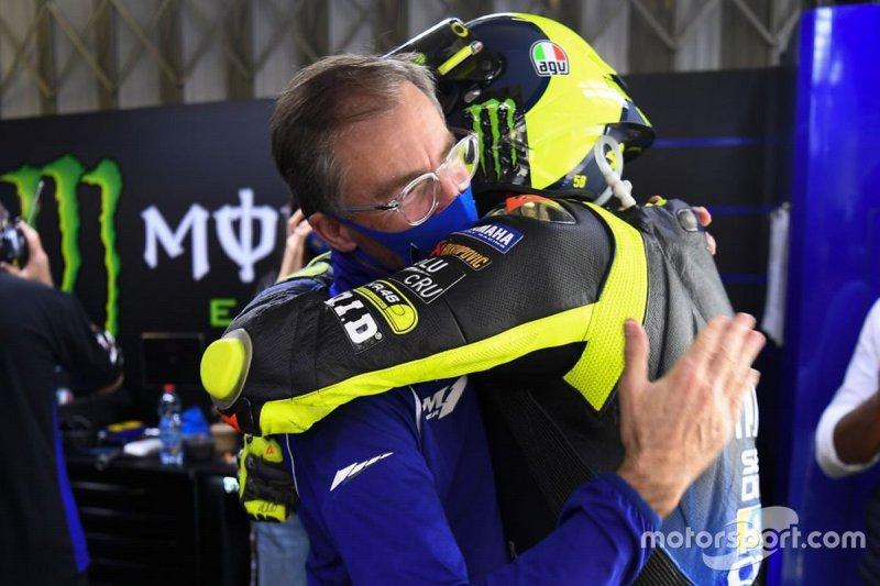 Valentino Rossi en Lin Jarvis tijdens de post-race festiviteiten in de Yamaha Factory Racing pitbox