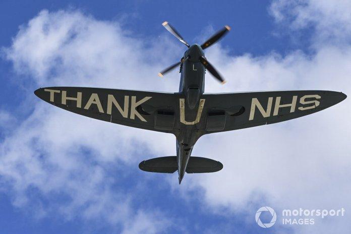 Un Supermarine Spitfire PR.XI vuela sobre el circuito agradeciendo al NHS por la pandemia de Covid-19