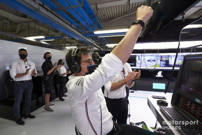 Toto Wolff, Director Ejecutivo de Mercedes AMG, celebra en el garaje mientras Mercedes asegura el cierre de la primera fila