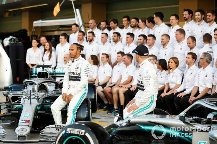 Lewis Hamilton, Mercedes AMG F1 y Valtteri Bottas, Mercedes AMG F1 posan para la foto de grupo