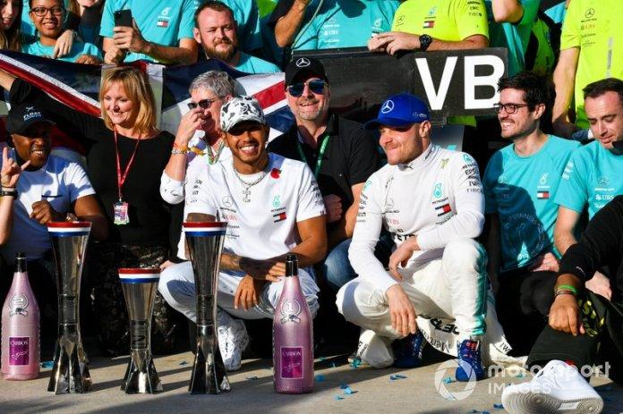 Lewis Hamilton, Mercedes AMG F1, Valtteri Bottas, Mercedes AMG F1, y el equipo Mercedes lo celebra