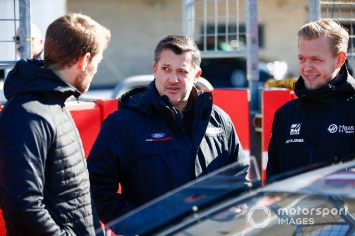 El piloto de la Copa NASCAR Tony Stewart habla con Kevin Magnussen, Haas F1 y Romain Grosjean, Haas F1