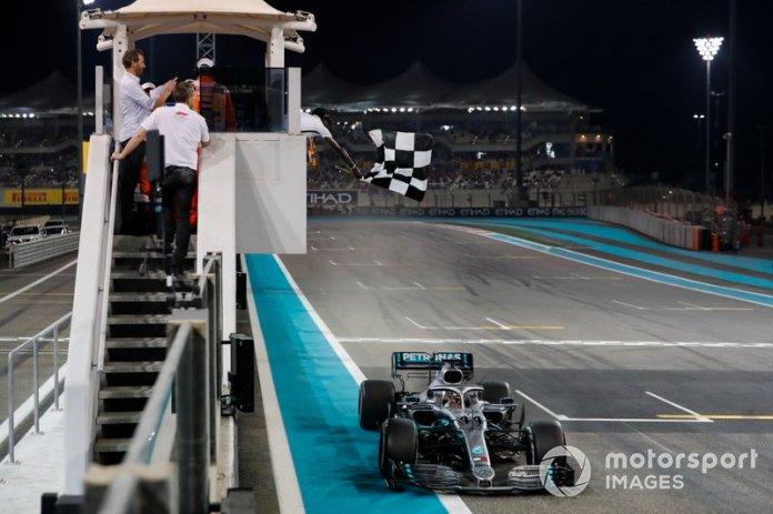 Lewis Hamilton, Mercedes AMG F1 W10, toma la bandera a cuadros