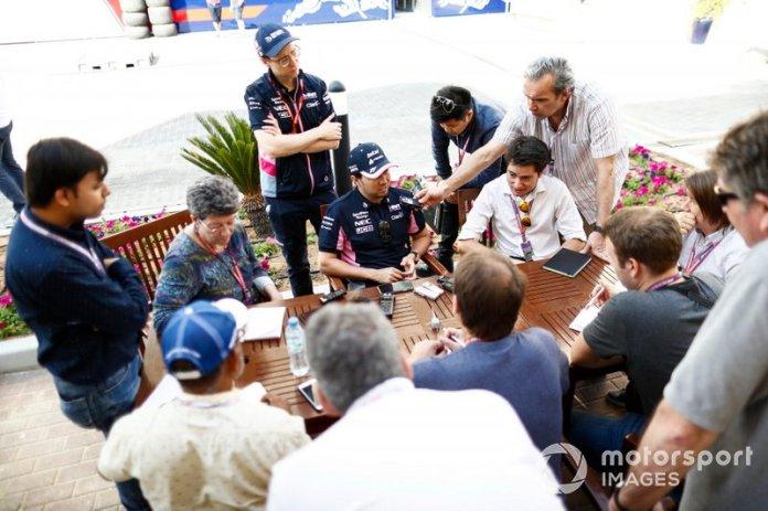 Sergio Perez, Racing Point, atiende a los medios