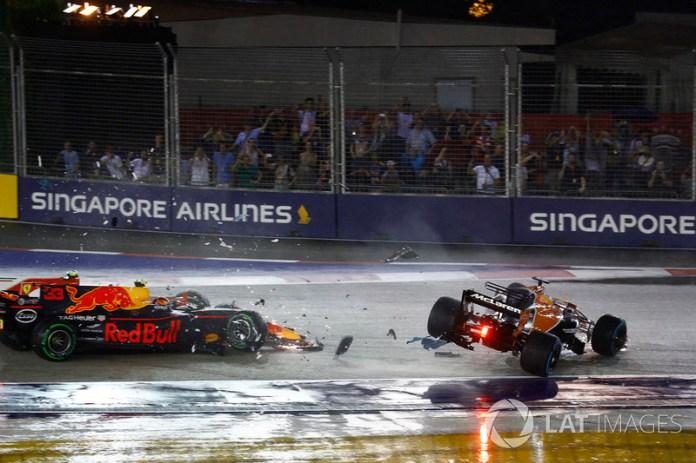 Fernando Alonso, McLaren MCL32 en el choque con Max Verstappen, Red Bull Racing RB13 y Kimi Raikkonen, Ferrari SF70H
