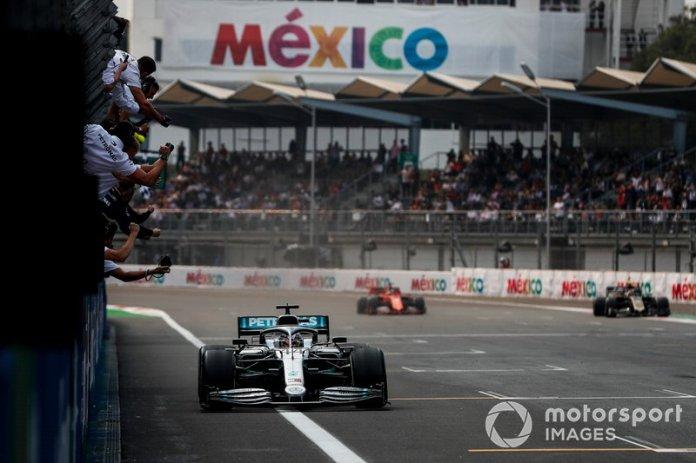 El ganador de la carrera Lewis Hamilton, Mercedes AMG F1 W10 cruza la línea de meta