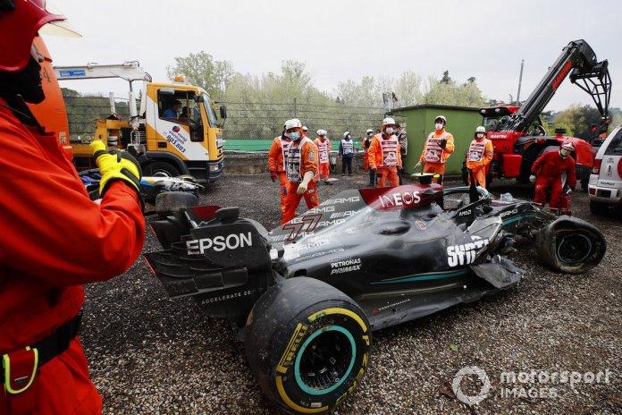 Marshallët pastrojnë makinën e dëmtuar të Valtteri Bottas, Mercedes W12, nga kurthi i zhavorrit