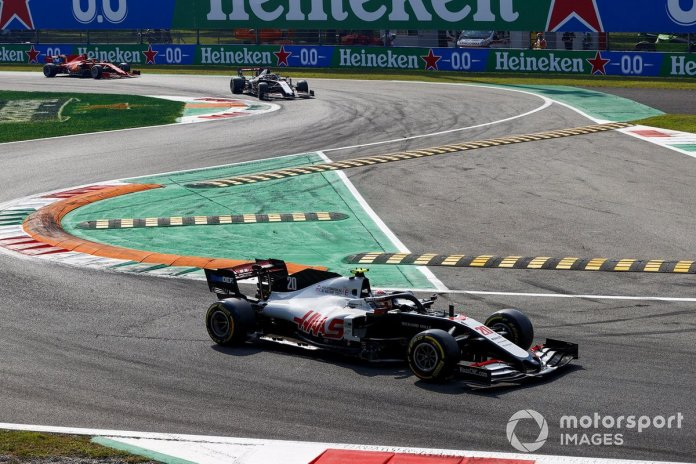 Kevin Magnussen, Haas VF-20, Romain Grosjean, Haas VF-20, Sebastian Vettel, Ferrari SF1000, en la vuelta de formación
