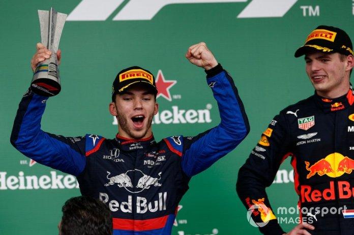 Podio: ganador de la carrera Max Verstappen, Red Bull Racing y el segundo lugar Pierre Gasly, Toro Rosso