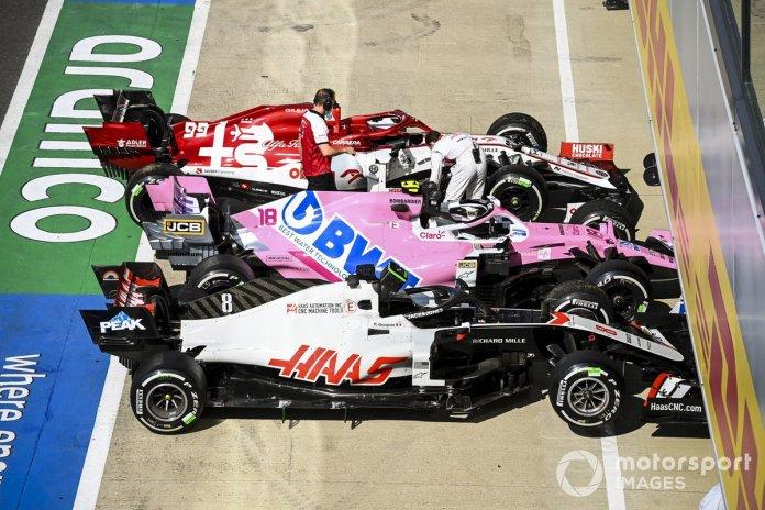 Los monoplazas de Romain Grosjean, Haas VF-20, Lance Stroll, Racing Point RP20, Antonio Giovinazzi, Alfa Romeo Racing C39, en Parc Ferme