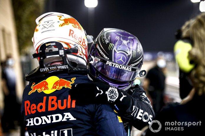 Max Verstappen, Red Bull Racing, pozicioni i 2-të dhe Lewis Hamilton, Mercedes, pozicioni i 1-të, urojnë njëri-tjetrin në Parc Ferme