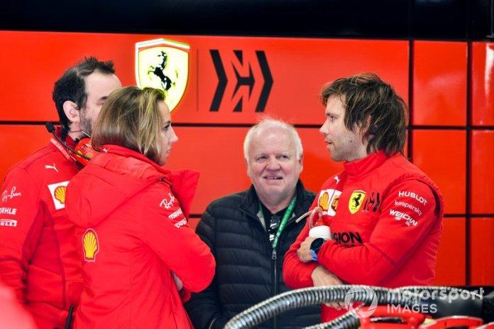 Norbert Vettel en el garaje de Ferrari