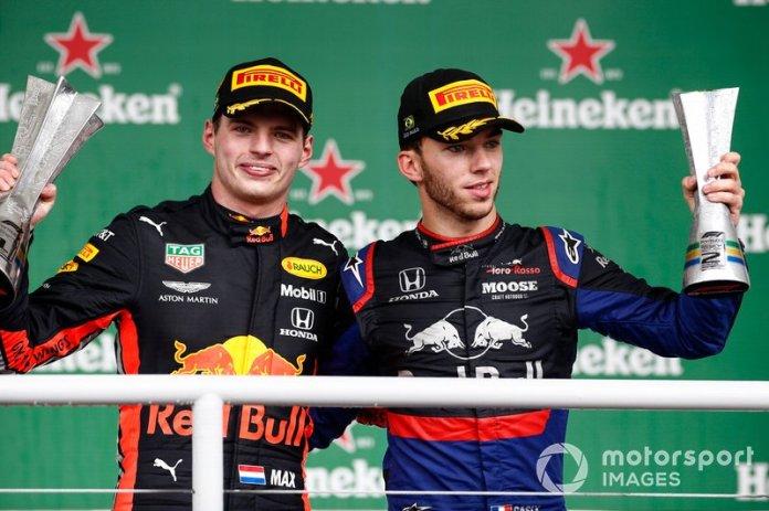 Podio: ganador de la carrera Max Verstappen, Red Bull Racing, y el segundo lugar Pierre Gasly, Toro Rosso