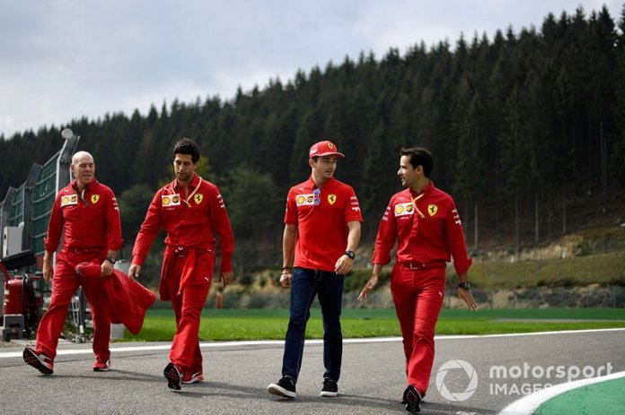 Jock Clear, ingeniero de carrera de Ferrari, y Charles Leclerc, Ferrari