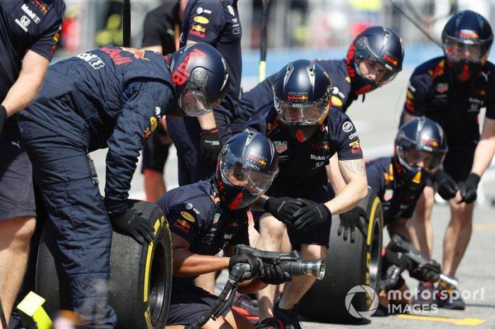 El equipo de boxes de Red Bull durante los entrenamientos