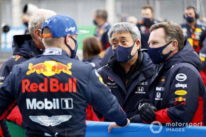 Max Verstappen, Red Bull Racing, 2º puesto, con Helmut Marko, Consultor, Red Bull Racing, Masashi Yamamoto, Director General, Honda Motorsport, y Christian Horner, Director de Equipo, Red Bull Racing, en el Parc Ferme