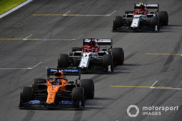Carlos Sainz Jr, McLaren MCL34, lidera Kimi Raikkonen, Alfa Romeo Racing C38, y Antonio Giovinazzi, Alfa Romeo Racing C38