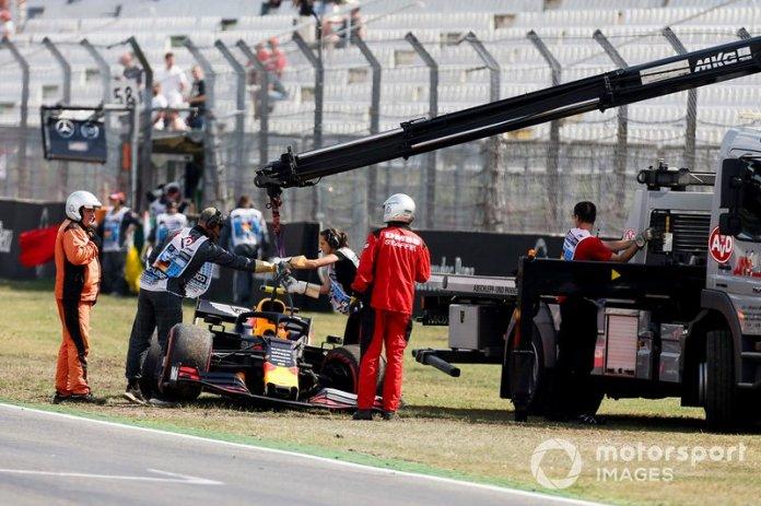 El coche de Pierre Gasly, Red Bull Racing RB15, retirado por los comisarios
