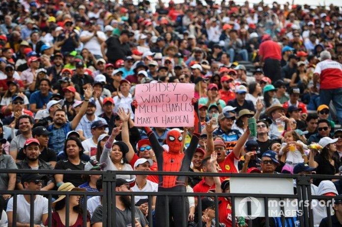 Un fan vestido como Spiderman con un mensaje a Charles Leclerc, Ferrari