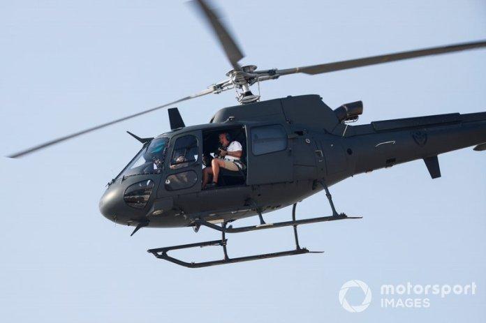 El fotógrafo Mark Sutton en la entrada de un Eurocopter AS350