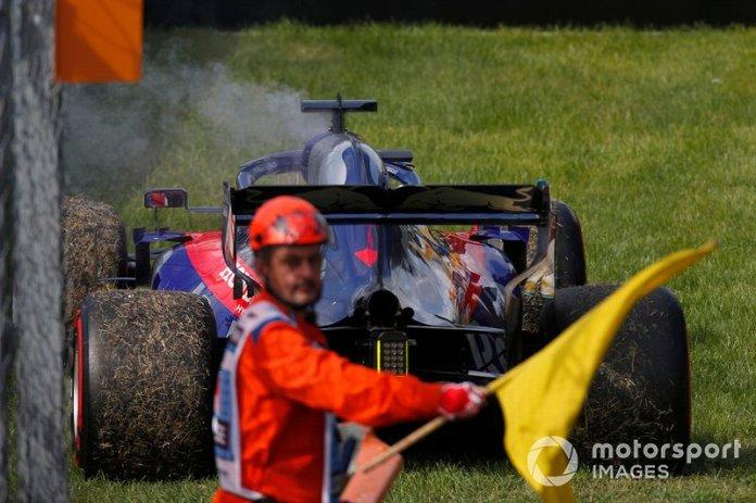 Daniil Kvyat, Toro Rosso STR14, aparca mientras un mariscal ondea una bandera amarilla