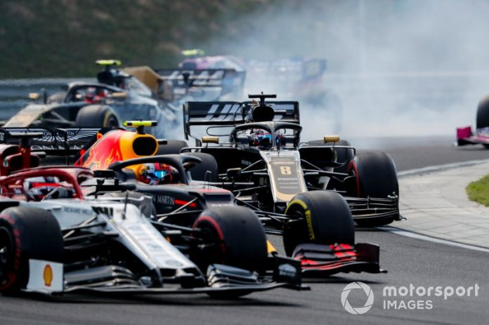 Kimi Raikkonen, Alfa Romeo Racing C38, lucha con Pierre Gasly, Red Bull Racing RB15, y Romain Grosjean, Haas F1 Team VF-19, en la salida