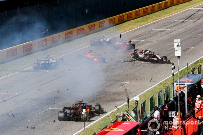 Choque en el reinicio de Carlos Sainz Jr., McLaren MCL35 y Kevin Magnussen, Haas VF-20