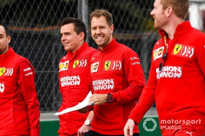 Sebastian Vettel, Ferrari recorre la pista con su equipo