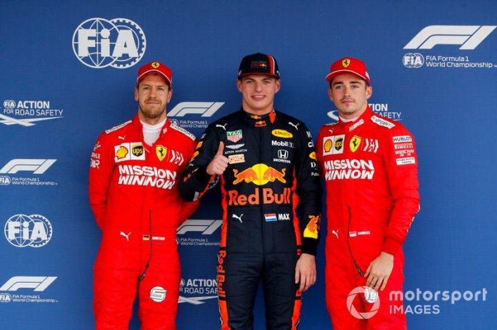 Tercero Sebastian Vettel, Ferrari, ganador de la pole Max Verstappen, Red Bull Racing y segundo Charles Leclerc, Ferrari en Parc Ferme