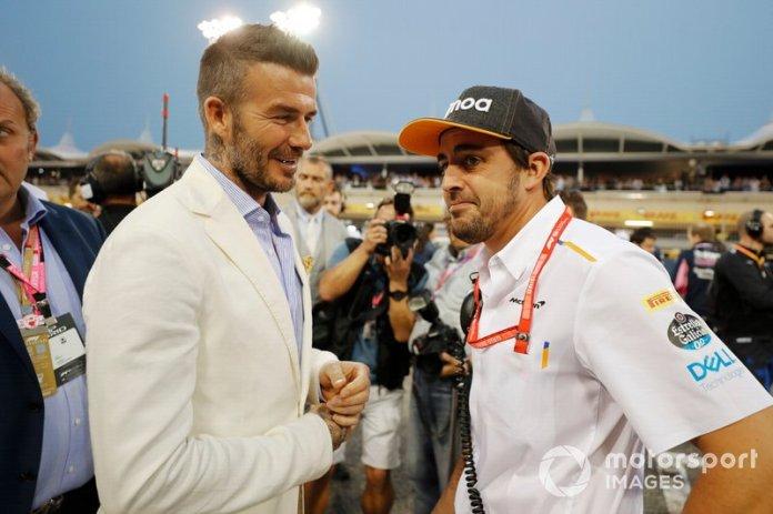 David Beckham habla con Fernando Alonso en la parrilla