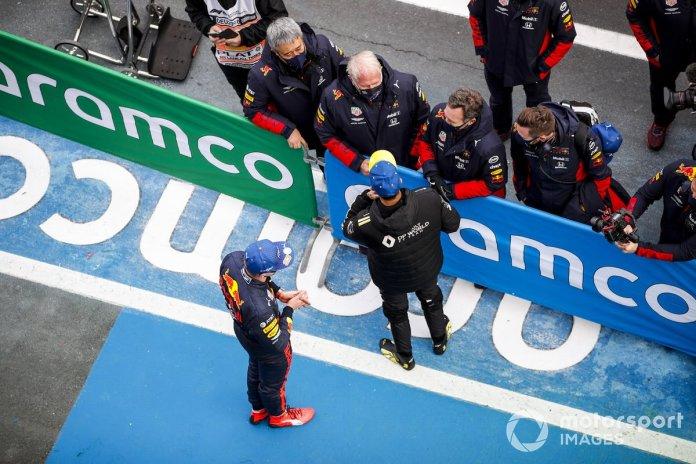 Max Verstappen, Red Bull Racing, 2ª posición, y Daniel Ricciardo, Renault F1, 3ª posición, en Parc Ferme con Masashi Yamamoto, Director General, Honda Motorsport, Helmut Marko, Consultor, Red Bull Racing, y Christian Horner, Director de Equipo, Red Bull Racing