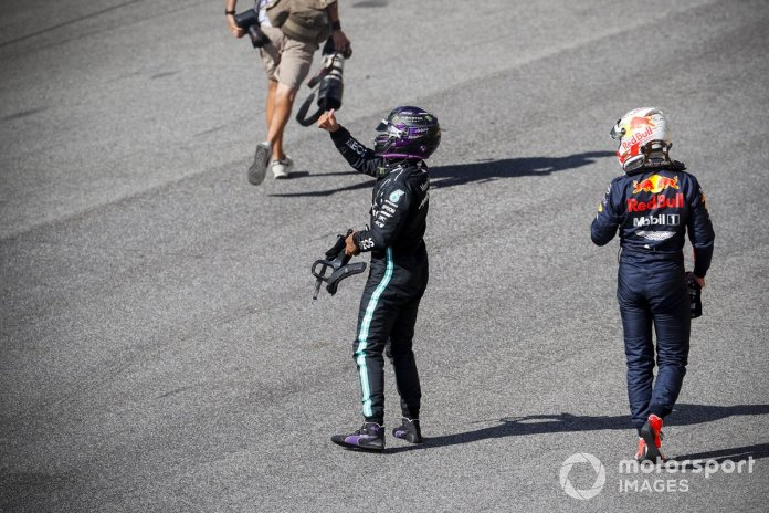 Ganador de la pole position Lewis Hamilton, Mercedes-AMG F1 y el tercer puesto Max Verstappen, Red Bull Racing