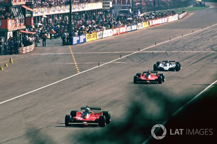 Jody Scheckter, Ferrari 312T4, delante de Gilles Villeneuve, Ferrari 312T4B, y Jacques Laffite, Ligier JS11
