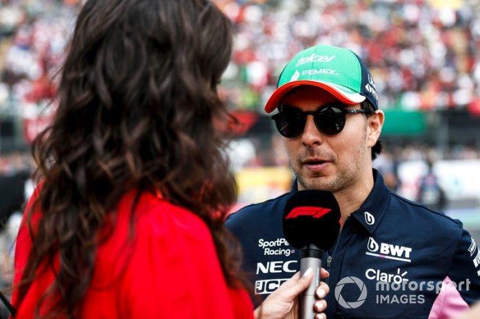 Sergio Pérez, Racing Point, es entrevistado durante el desfile de pilotos