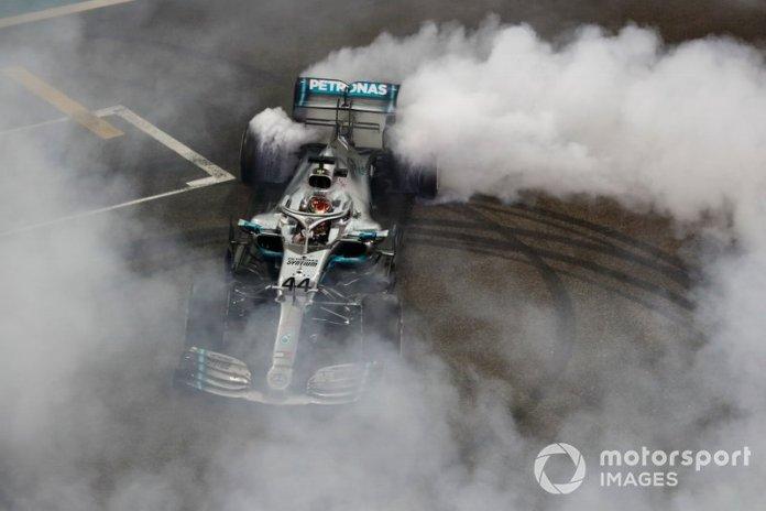 Lewis Hamilton, Mercedes AMG F1 W10, 1ª posición, realiza un donut