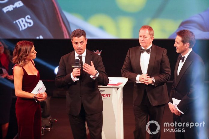 Michael Masi, director de carrera, recibe el premio John Bolster en nombre del difunto Charlie Whiting