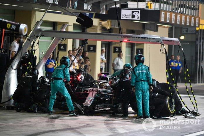 Lewis Hamilton, Mercedes AMG F1 W10, pit stop