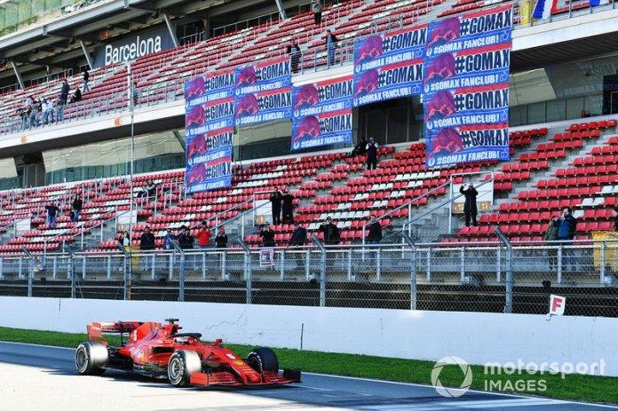 Sebastian Vettel, Ferrari SF1000, pasa por un stand mostrando pancartas en apoyo de Max Verstappen, Red Bull Racing
