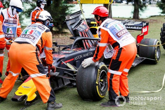 Coche de Alex Albon, Red Bull RB15 con los Marshals después de haber sufrido un accidente en la FP2